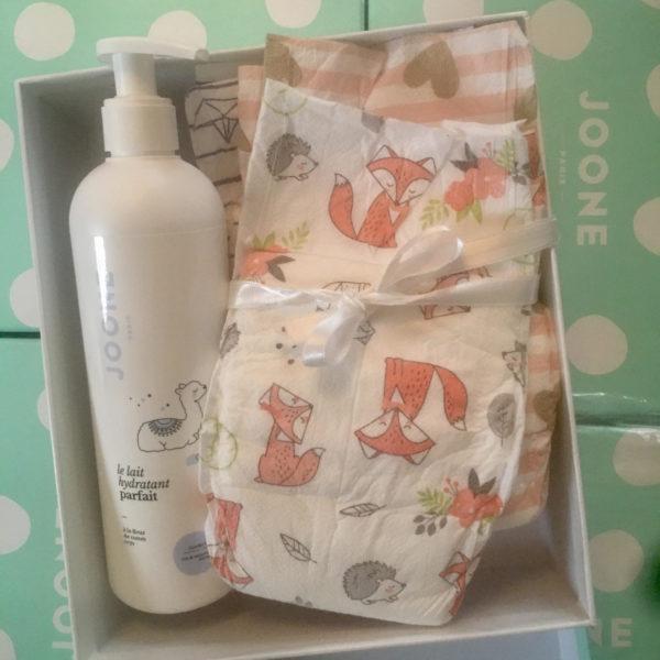 coffret avec 5 couches motif renard taille 3 et une bouteille de lait hydratant pour bébé